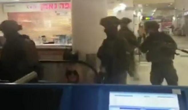 """שוטרי ימ""""מ עם נשקים שלופים אחרי המחבל"""