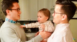 מה קורה כשתינוק פוגש תאום של אבא שלו?