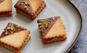 עוגיות ביסקוויט עם מלית פיסטוק וציפוי שוקולד חלב