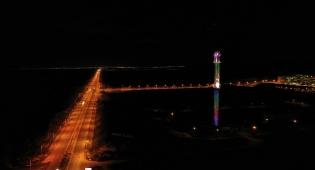 צפו: המגדל של תחנת הכוח מואר בצבעוניות
