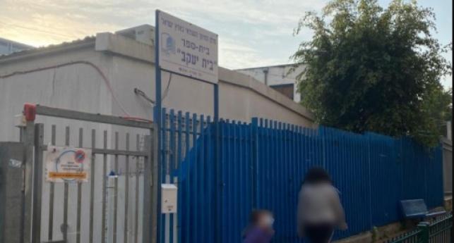 הכניסה לבית הספר