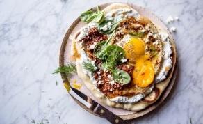 """פיצה נאן עם ביצים בסגנון טורקי ויוגורט מתובל - """"פיצה"""" שמורכבת מבסיס הודי ותוספות טורקיות"""