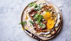 פיצה נאן עם ביצים בסגנון טורקי ויוגורט מתובל