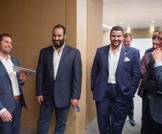 """מימין: הנסיך הסעודי מוחמד בן סלמאן ומנכ""""ל אפל טים קוק מסיירים במטה אפל באפריל האחרון"""