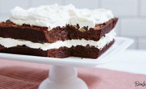 עוגת שכבות בראוניז שוקולד-אגוזים וקצפת