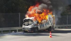 וידאו: רכב ה'נח נח' עולה באש בכביש 1