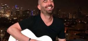 עומר אדם והמדבקה על הגיטרה - אדם ניצל את המופע ל...הפצת איסור לשון הרע