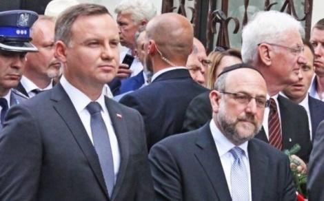 """הנשיא הפולני אנדז'יי דודה משמאל, לצד הרב הראשי לפולין, הרב שודריך - נשיא פולין: """"היו פולנים מסגירי יהודים רבים"""""""