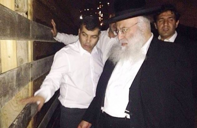 """הגר""""ב שמואלי וראש העיר בככר בסמוך למחיצה, אמש"""
