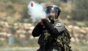 """לוחם מג""""ב יורה לעבר מפגינים פלסטינים"""