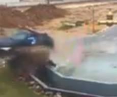 תיעוד התאונה המוזרה - זהירות, כיכר לפניך: הרכב התנגש ועף • צפו