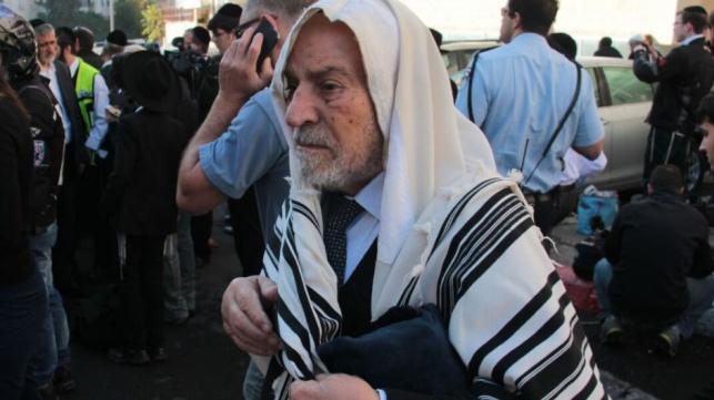מתפללים המומים מחוץ לבית הכנסת, הבוקר
