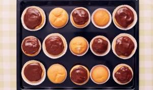 פינוק. קאפקייקס וניל בציפוי שוקולד