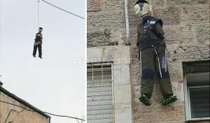 בובות החיילים החרדים תלויות - במאה שערים תלו את החרדקים | תיעוד