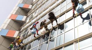 הטיפוס על חלונות החולים - השתלשלו מהחלון למיטת ילדים חולים • צפו