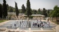 ילדים מצטננים מהחום בפארק טדי בירושלים