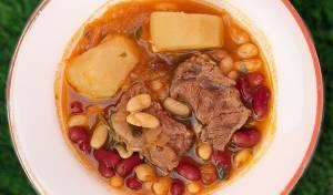 מרק שעועית עם קוביות צלי כתף רכות כמו חמאה