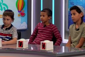 ילדים משחקים עם 'קליקרים' ב'אולפן' • צפו