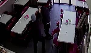 שדד מסעדה והכה את הבעלים עם מנעול • צפו