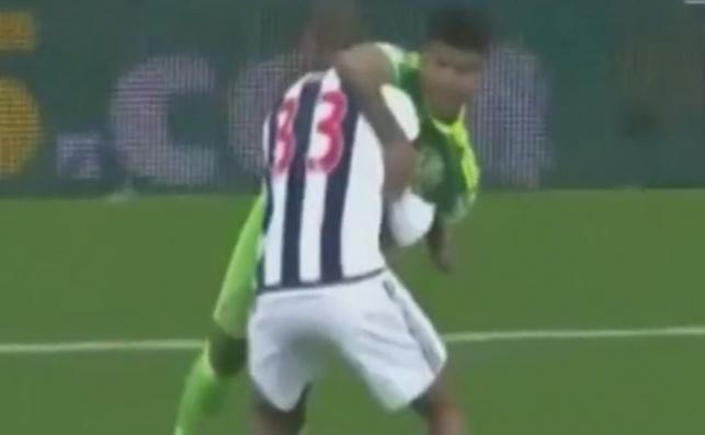 צפו: שחקן הציל את יריבו מנפילה כואבת
