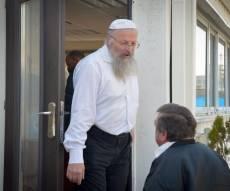 הרב שמואל אליהו. אילוסטרציה - ערבי התקין מנעול לבית הרב: להשתלט עליו