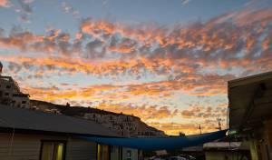 תיעוד מרהיב: שמים, עננים ו... שקיעה