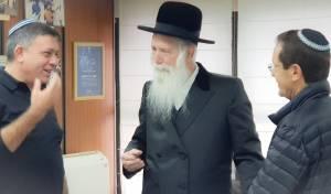 """גבאי והרצוג במעונו של הרב גרוסמן, היום - גבאי והרצוג ביקרו את הרב גרוסמן: """"צריך אחדות"""""""