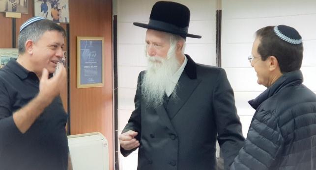 גבאי והרצוג במעונו של הרב גרוסמן, היום