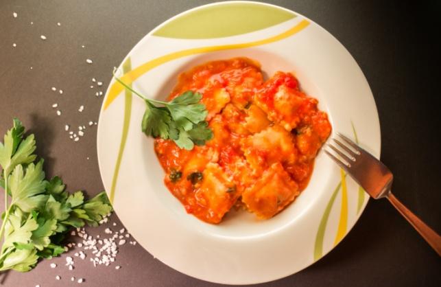 ארוחה בחצי שעה: רביולי ברוטב שמנת, עגבניות מיובשות ובזיליקום