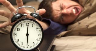 איכות השינה נפגעת מדום נשימה חסימתי. אילוסטרציה - קם עייף בבוקר ואשתך אומרת שנחרת כל הלילה?