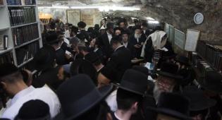מתפללים ביום ההילולה בקבר שמעון הצדיק