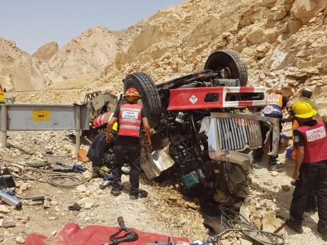 זירת התאונה - שני הרוגים בהתהפכות משאית ליד אילת