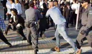 שוב ושוב: הנערים קפצו, השוטרים פינו • צפו
