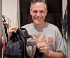 הולמס עם הבובה של בתו - עורך הדין שמסתובב 18 שנה עם בובה בתיק