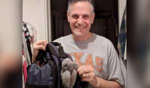 הולמס עם הבובה של בתו