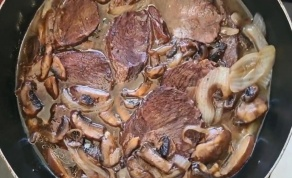 בשר פילה מדומה ברוטב יין ופטריות