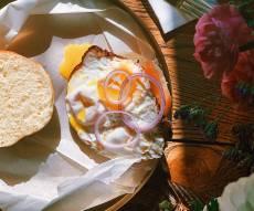 לסופגנייה בסגנון בייגל עם סלמון מעושן, גבינת שמנת וביצת עין