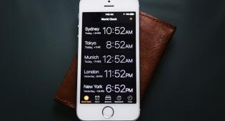 אילוסטרציה - לא ישנים טוב? תפסיקו להשתמש בנייד כשעון מעורר