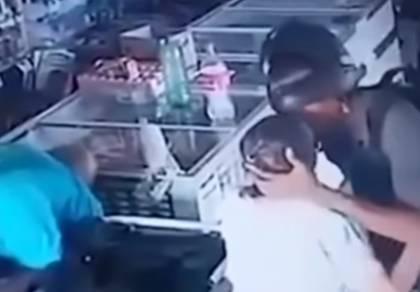 צפו: שודד נישק זקנה וסירב לקחת את כספה