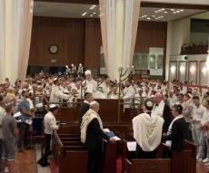 """מוצאי הצום בבית הכנסת הגדול בת""""א • צפו"""