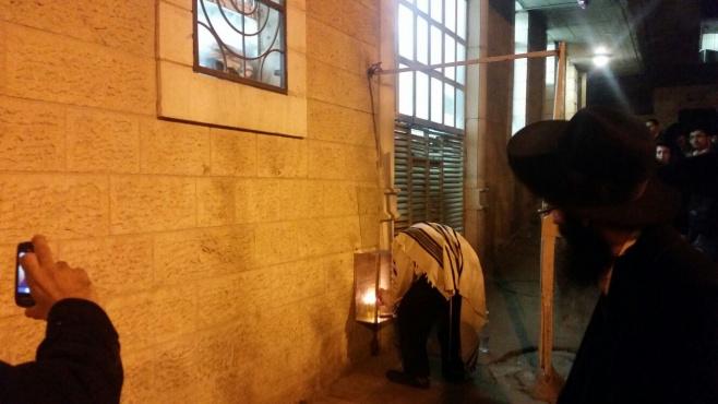 צפו: המקובל רבי יעקב עדס מדליק בכוונות