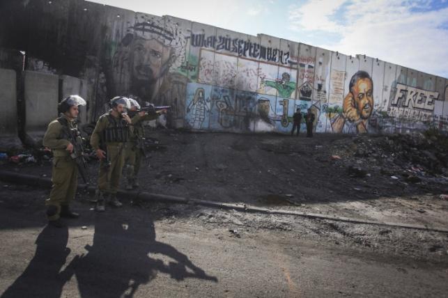 """כוחות צה""""ל במחסום קלנדיה. ארכיון"""