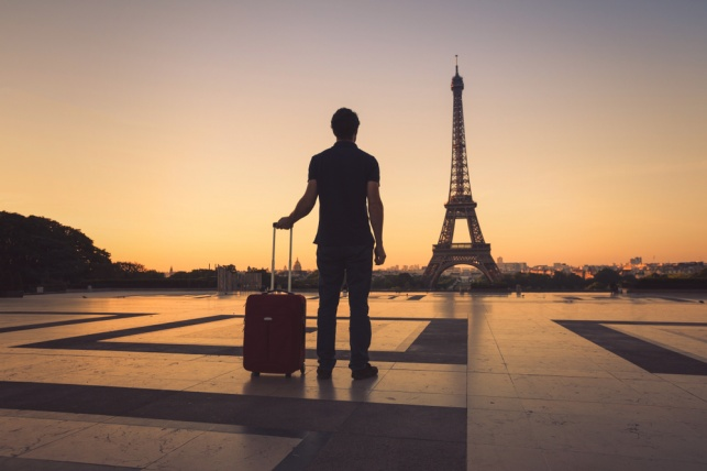 למה הוצאת כסף על טיול לפריז עדיפה על קניית בגדים?