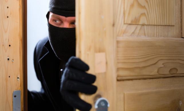 י-ם: גבר בקסדה שדד מכולת ונמלט
