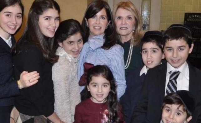 גייל ששון (במרכז) עם ילדיה ואמה