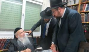הרב דב יפה מברך את מנהל אחוות תורה הרב בינדר.