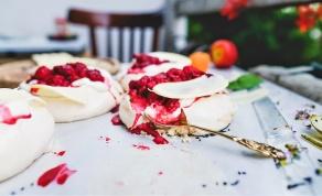 פבלובה עם קצפת ופירות - 4 קינוחים שאפשר להכין עם שאריות חלבונים