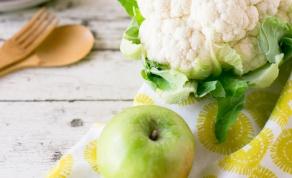סלט כרובית עם תפוחי עץ וגרגרי רימון ברוטב טחינה ודבש