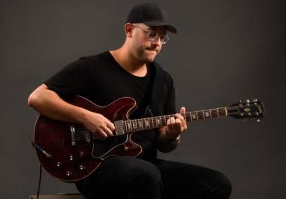 הגיטריסט והיוצר שמלווה את כולם בראיון