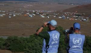 """אנשי האו""""ם משקיפים על מחנה פליטים בדרום סוריה"""